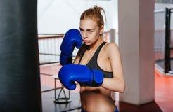 Pugile femminile professionista che ha suo allenamento quotidiano Immagine Stock