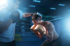 Pugile negli esercizi dei guanti con il partner di pugilato d'allenamento Fotografia Stock Libera da Diritti