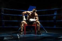 Pugile sul ring, intervallo stanco fotografia stock