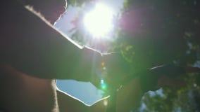 Pugili all'aperto - muscolare e donna che avvolge le mani con le fasciature per l'allenamento nel giorno di estate video d archivio