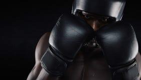 Pugilista afro-americano pronto para a luta imagens de stock royalty free