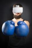 Pugilista com vidros de VR e as luvas azuis fotografia de stock