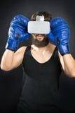 Pugilista com vidros de VR e as luvas azuis fotografia de stock royalty free