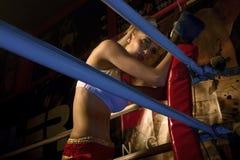 Pugilista da menina no anel de encaixotamento Fotos de Stock Royalty Free
