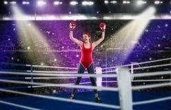 Pugilista fêmea nas mãos vermelhas do sportswear acima no anel fotos de stock royalty free
