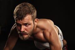 Pugilista farpado atlético com luvas em um fundo escuro imagens de stock royalty free