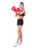 Pugilista - luvas vermelhas de encaixotamento vestindo do encaixotamento completo da mulher da aptidão do comprimento Imagem de Stock Royalty Free