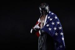 Pugilista masculino com bandeira americana imagem de stock