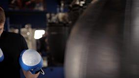 Pugilista masculino contratado no gym, batendo a pera video estoque