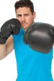 Pugilista masculino determinado centrado sobre seu treinamento Imagens de Stock
