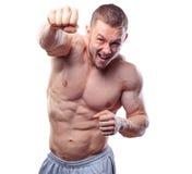 Pugilista masculino que faz perfuradores do treinamento no cinza Imagem de Stock Royalty Free