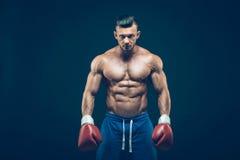 Pugilista muscular no tiro do estúdio, no preto Fotografia de Stock