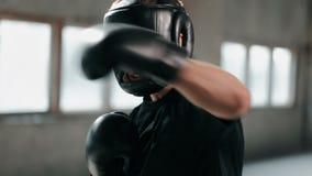 Pugilista na máscara durante o treinamento vídeos de arquivo