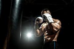 Pugilista no gym com saco de perfuração Imagens de Stock Royalty Free