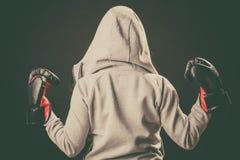 Pugilista no suporte do hoodie para trás com os braços no ar Fotografia de Stock
