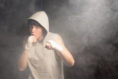 Pugilista novo que luta com punhos enfaixados Imagem de Stock Royalty Free