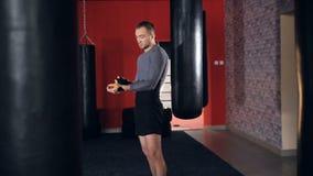 Pugilista que envolve as ataduras em sua mão antes da luta Movimento lento video estoque