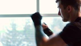 Pugilista que faz a luta com sombra no gym, fim acima vídeos de arquivo