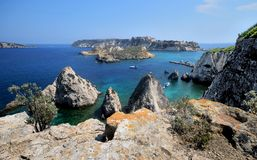 Puglia Italien, August2018, seascape av Tremiti öar på en solig dag arkivbilder