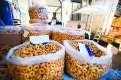 Pugliesi di Tarallini nel mercato del locale di Vico del Gargano fotografie stock libere da diritti