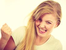 Pugni di serraggio biondi positivi felici della donna Fotografie Stock