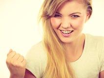Pugni di serraggio biondi positivi felici della donna Fotografia Stock Libera da Diritti