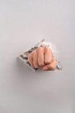 Pugno che tagliato pannello di carta e gesso Fotografia Stock
