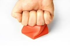 Pugno del braccio della gestione dello stress che colpisce premendo cubo rosso fotografia stock libera da diritti