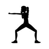 Pugno di posizione della difesa di arti marziali della donna della siluetta royalty illustrazione gratis