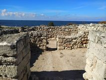 Puin antigo do citi dos cloubs do céu do mar do sol do verão de Criema chersonese fotos de stock