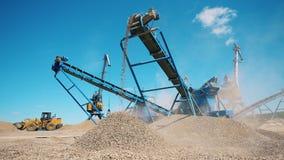 Puin die zich op een transportband van een verpletterende machine bewegen Mijnbouwconcept stock video