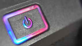 Puissance de bouton de pressing Le doigt masculin appuie sur le bouton de puissance d'ordinateur closeup clips vidéos