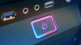 Puissance de bouton de pressing Le doigt masculin appuie sur le bouton de puissance d'ordinateur closeup banque de vidéos