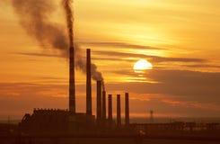 Puissance industrielle au lever de soleil photos libres de droits