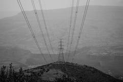 Puissance Polonais et lignes électriques, région d'Amhara, Ethiopie Images stock