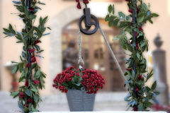 Puits décoré des fleurs Image libre de droits
