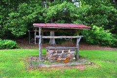Puits d'eau abandonné Photo stock