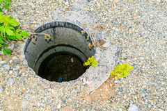 Puits d'eau concrets images stock