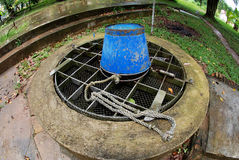 Puits d'eau dans le jardin images libres de droits
