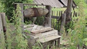 Puits d'eau dans le vieux village banque de vidéos
