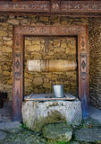 Puits d'eau dans le village moldovian Photo libre de droits