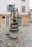 Puits d'eau en pierre photo libre de droits
