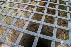 Puits d'eau très profondément vieux image stock