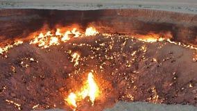 Puits de cratère de gaz de Darvaza banque de vidéos