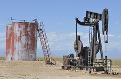 Puits de pétrole et réservoirs de stockage Photo stock