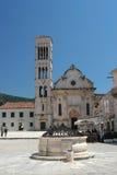 Puits de pierre et cathédrale antiques dans Hvar, Croatie Photos libres de droits