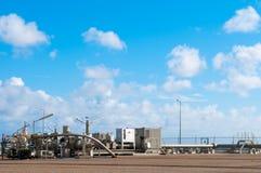 Puits de production de gaz et ciel bleu Image libre de droits