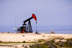 Puits de pétrole fonctionnant, Bakersfield, la Californie photo stock