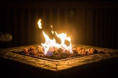 Puits du feu pendant la nuit Photographie stock libre de droits