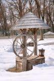 Puits en bois dans le musée national de village baptisé du nom de Dimitrie Gusti Mars, Bucarest, Roumanie photographie stock libre de droits